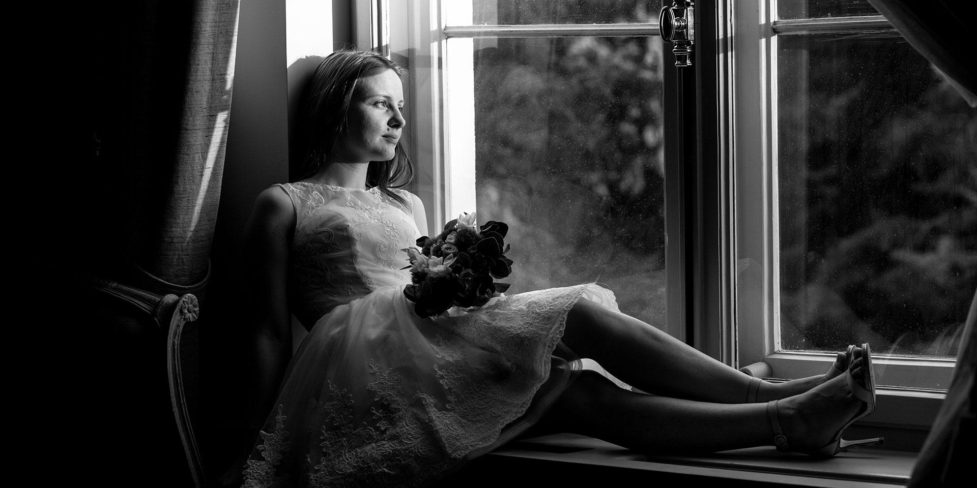 sesiune-foto-nunta-alb-negru-mireasa-la-fereastra
