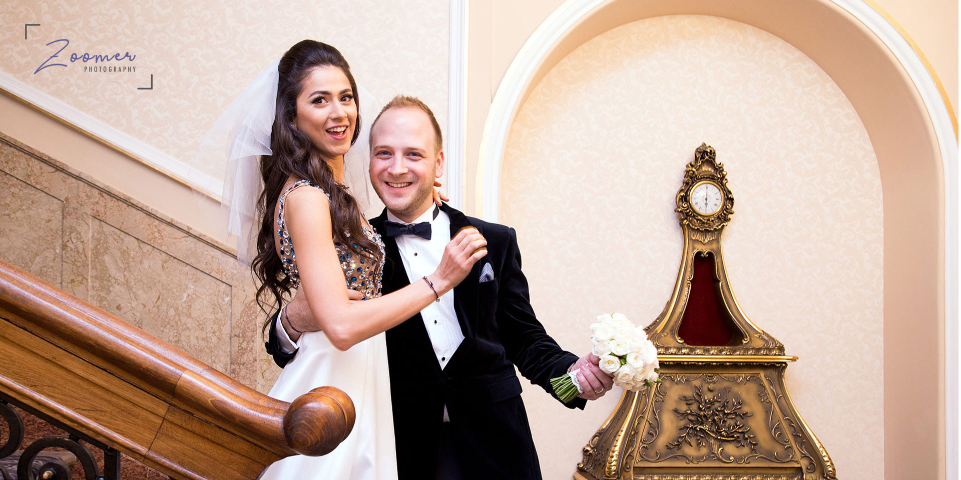 foto-nunta-cuplu-pe-scari-cu-buchet